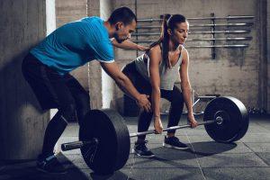 Personal trainer orientando aluna