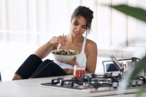 Mulher fitness se alimentando