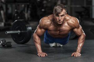 Homem fazendo exercício de musculação