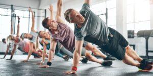 Pessoas se exercitando com controle da respiração