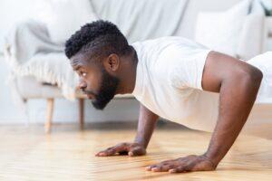 Homem treinando sozinho em casa