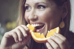Comendo fruta pra fortalecer imunidade