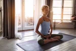 mulher meditando - impacto dos exercícios físicos na saúde mental - Magnus Personal Trainer