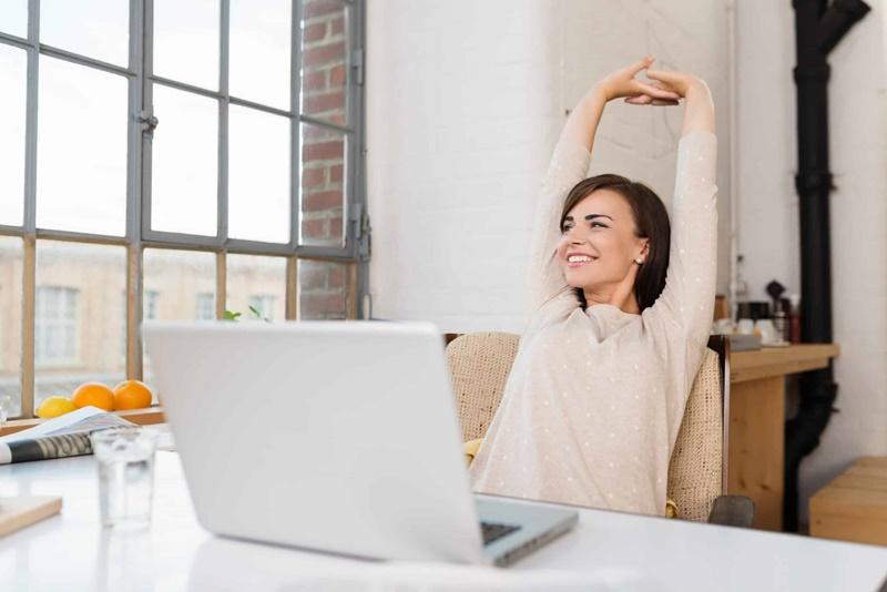 mulher fazendo ginástica laboral durante pandemia em seu home office - Magnus Personal Trainer